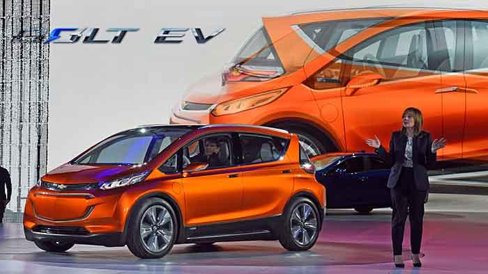 GM-Chefin Mary Barra präsentiert den Chevrolet Bolt.