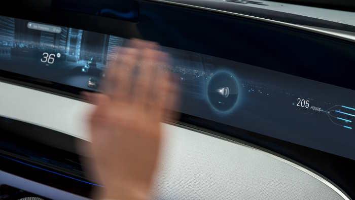 Die Funktionen im Front-Display sind ergonomisch komfortabel per neuartiger Augenbewegungserkennung (Eye-Tracking) und Gesten bedienbar