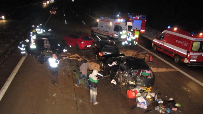 Autofahrer fahren auf A2 an Unfallopfern vorbei