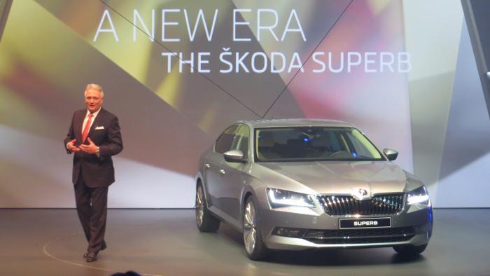 Skoda-Chef Winfried Vahland präsentiert den neuen Superb.