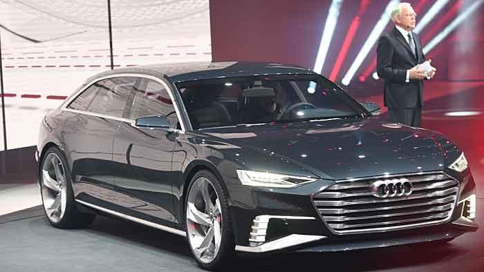 Audi-Entwicklungsvorstand Ulrich Hackenberg mit dem Prologue Avant