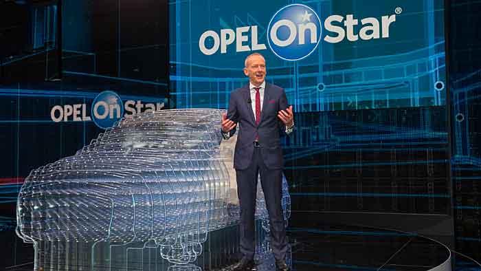 Opel-Chef Karl-Thomas Neumann präsentiert OnStar.
