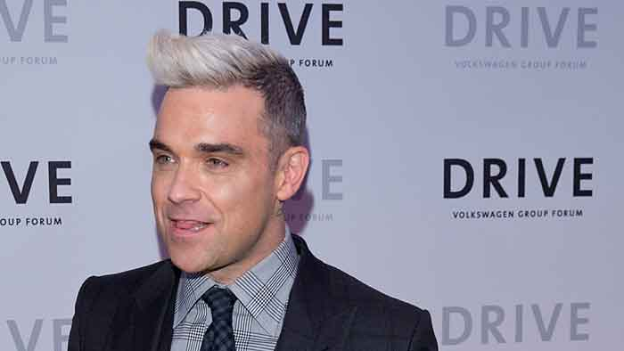 VW-Werbestar Robbie Williams gab ein Kurzkonzert.