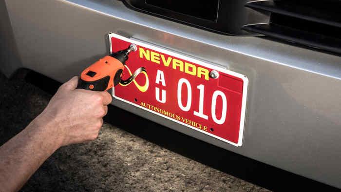 Das Nummernschild des autonom fahrenden Daimler Trucks