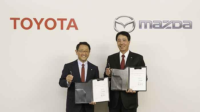 Toyota-Präsident Akio Toyoda (l.) und Mazda-Präsident Masamichi Kogai.