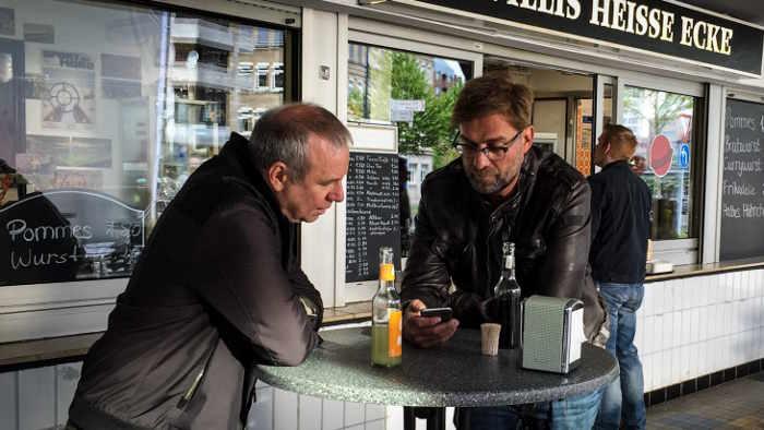 Jürgen Klopp und Joachim Król vor einer Currywurstbude.