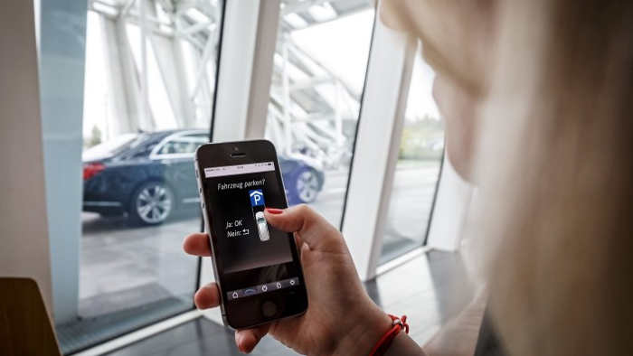 Daimler und Bosch lassen Autos im Parkhaus autonom einparken.