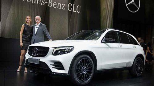 Daimler-Chef Dieter Zetsche mit Petra Nemcova und dem Mercedes GLC.