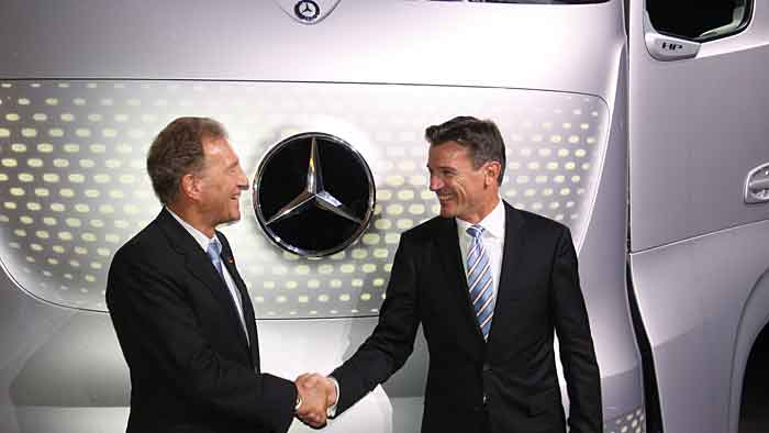 Staatssekretär Norbert Barthle (l.) und Daimler-Nutzfahrzeugchef Wolfgang Bernhard