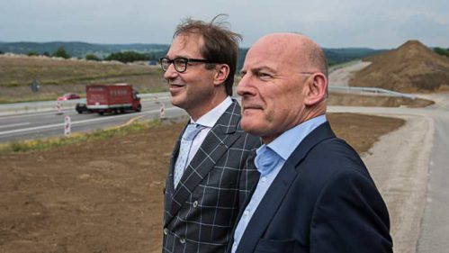Winfried Hermann (vorn) und sein Kollege Alexander Dobrindt.