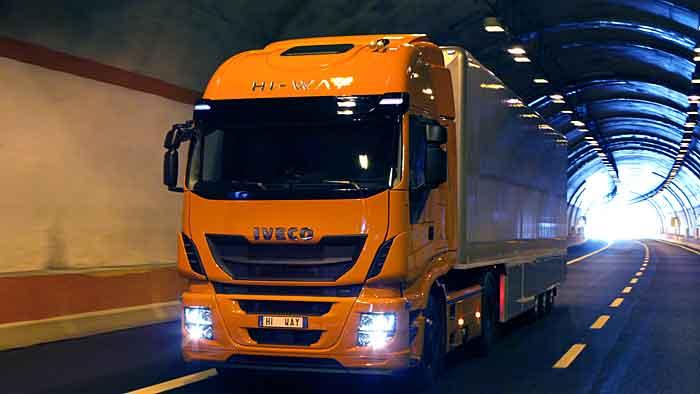Der Iveco Stralis wird als Versuchsträger auch mit LNG betankt.