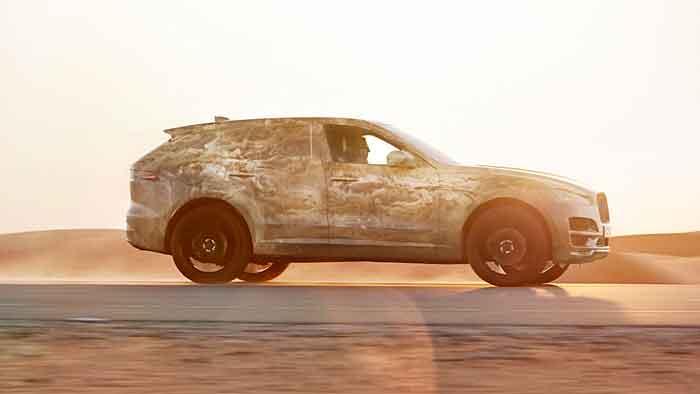 Der Jaguar F-Pace auf Abstimmungsfahrt durch die Wüste.