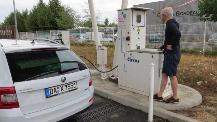 Beim Tankvorgang in Bordeaux