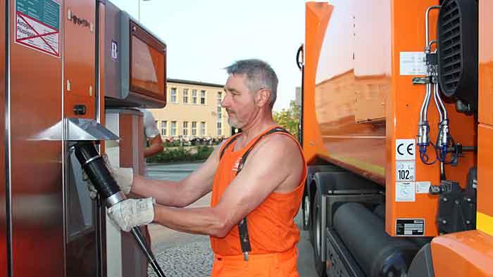 BSR-Fahrzeugführer Klaus-Dieter Hinz beim Tanken des Mercedes Econic NGT.