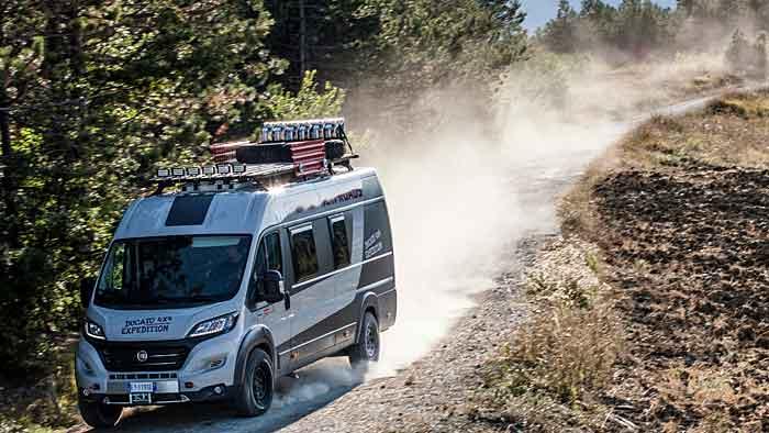 Der Fiat Ducato 4x4 Expedition schafft es auch im Gelände.
