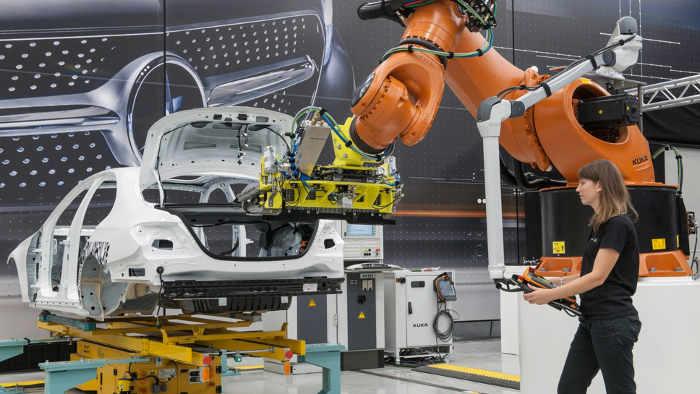 Der Roboter beim Einbau einer Batterie in die Mercedes E-Klasse.