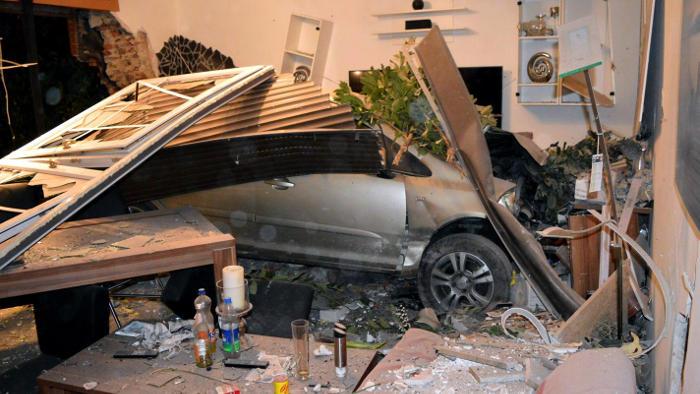 fahrer verliert kontrolle auto landet im wohnzimmer. Black Bedroom Furniture Sets. Home Design Ideas