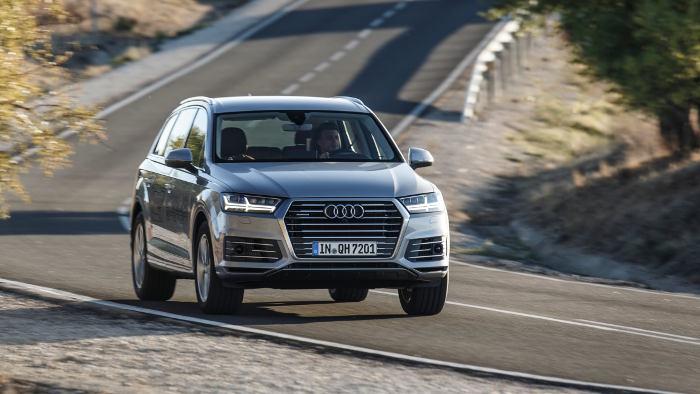 Der Audi Q7 e-tron fährt rein elektrisch 56 Kilometer weit.