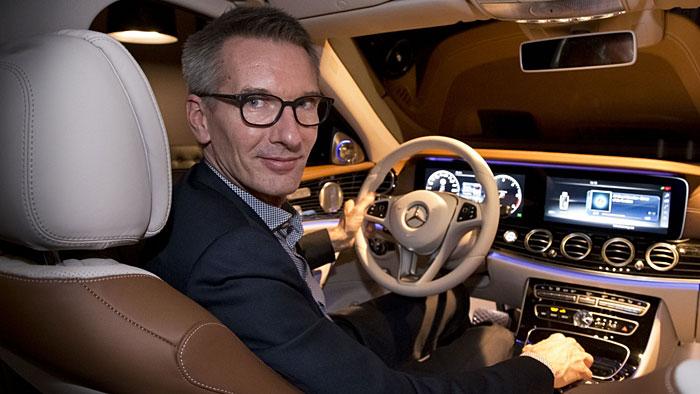 Mercedes Design-Direktor Hartmut Sinkwitz in der neuen E-Klasse.