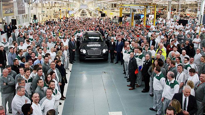 Der erste Bentley Bentayga rollt vom Band
