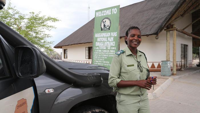 Eine Parkwächterin bei der Einfahrt in den Nationalpark.