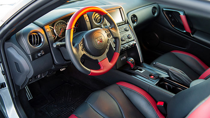 Der Nissan GT-R feuert mit 550 PS an.