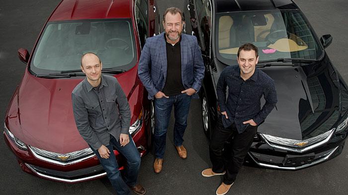 GM-Präsident Dan Ammann (m.) mit den Lyft-Mitgründern John Zimmer (r.) und Logan Green.