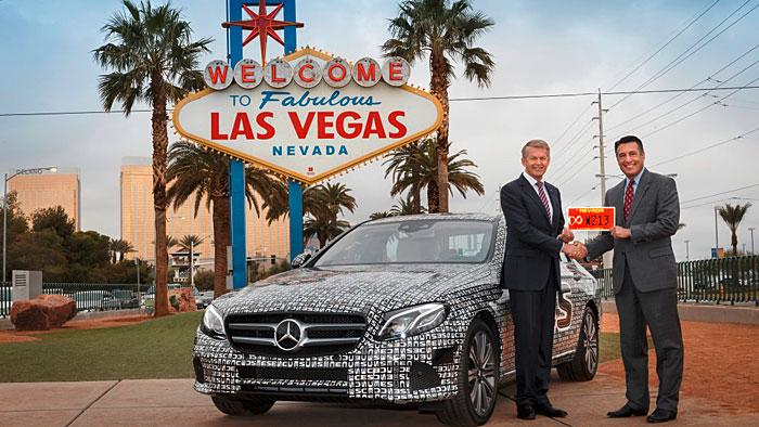 Mercedes Vorstand Thomas Weber übernimmt das rote Kennzeichen für die autonom fahrende E-Klasse.