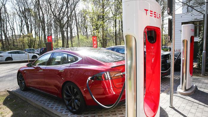 Der Tesla Model S stellt seine Alltagstauglichkeit unter Beweis.