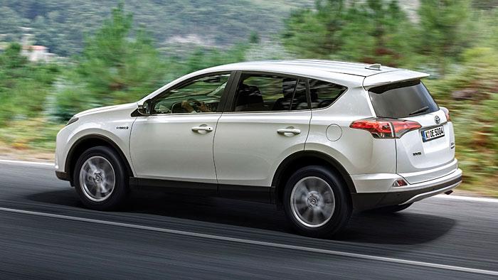 Toyota stattet den RAV4 mit Hybridantrieb aus.