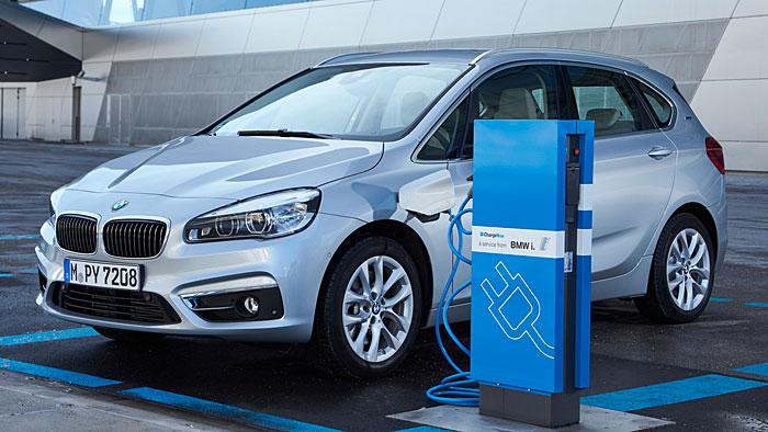 Der BMW 225 xe kann bis zu 41 Kilometer rein elektrisch fahren.