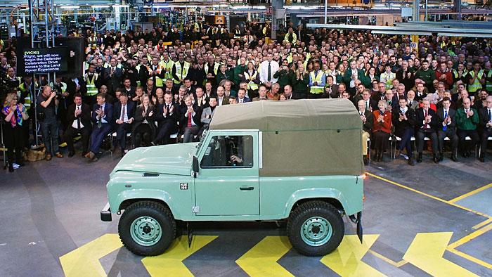 Der letzte Land Rover Defender rollt an den Gästen vorbei.