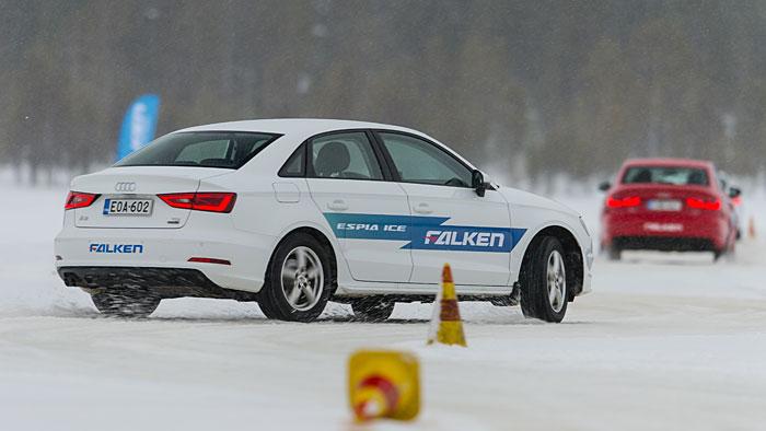 Ein Audi A3 auf dem zugefrorenen Pätsinperä-See