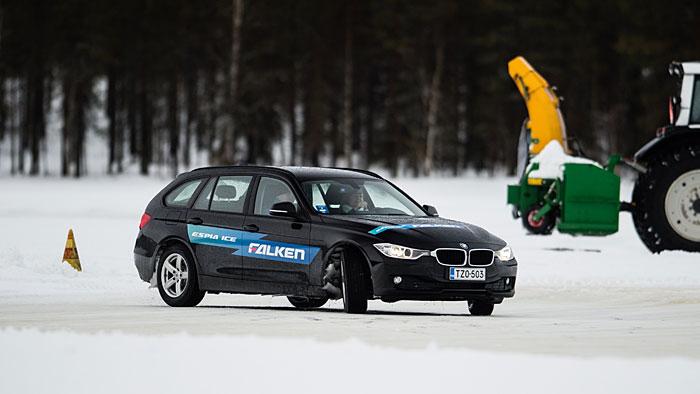 Ein 3er BMW auf dem zugefrorenen Pätsinperä-See.