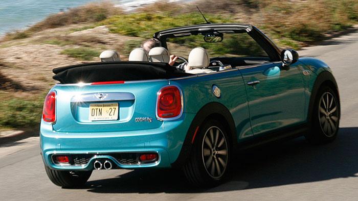 Das Dach des Mini Cabrios kann bis zu einer Geschwindigkeit von 30 km/h geöffnet werden.