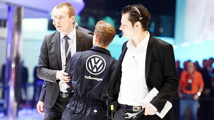 Ein Greenpeace-Aktivist in VW-Montur störte die Pressekonferenz von VW.