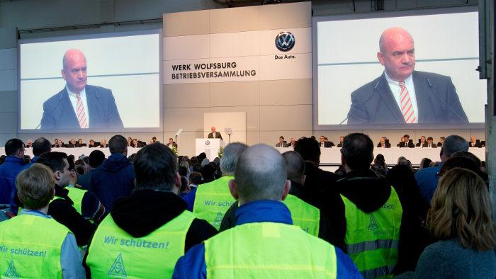 VW-Betriebsratschef Bernd Osterloh spricht zu den Mitarbeitern.