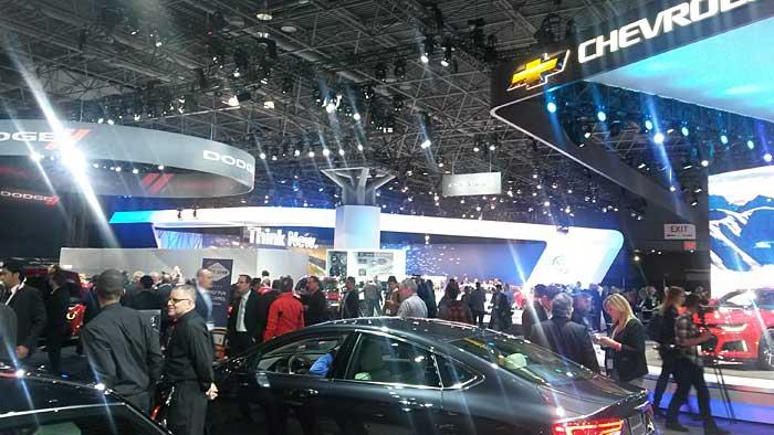 Der VW-Stand liegt versteckt zwischen Dodge und Chevrolet