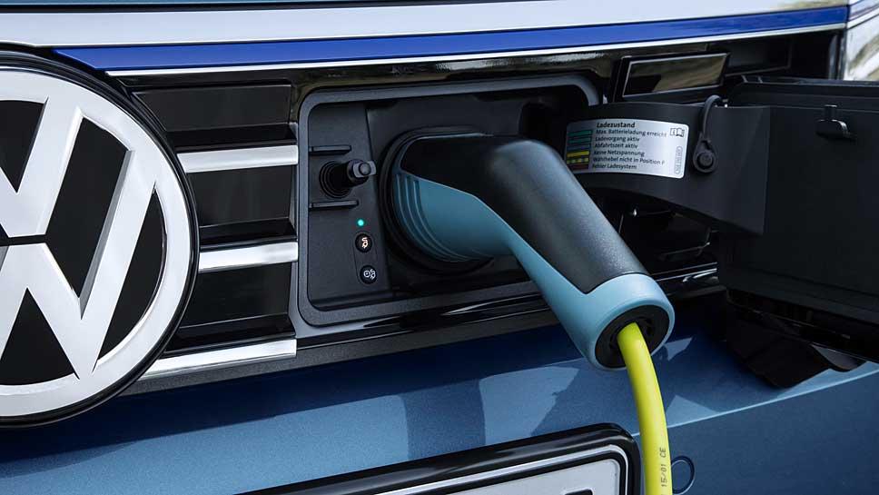 Der VW Passat legt rund 25 Kilometer rein elektrisch zurück.