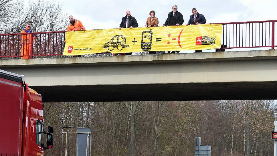 In Niedersachsen werden Autofahrer mit Plakaten vor der Handynutzung gewarnt.