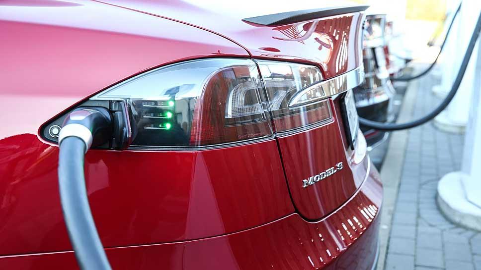 Das Tesla Model S soll bis zu 550 Kilometer rein elektrisch zurücklegen.