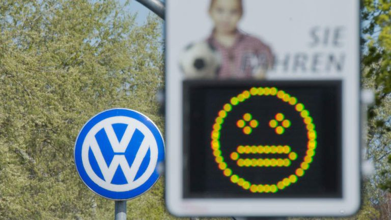 VW rutscht wegen Abgasskandal in tiefrote Zahlen