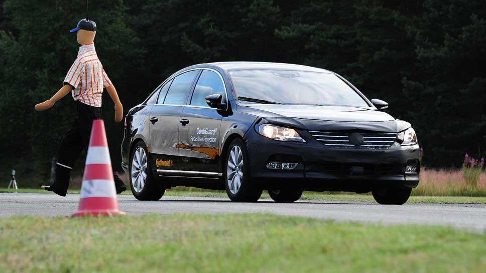 Ein autonom fahrendes Auto weicht einem Dummy aus.