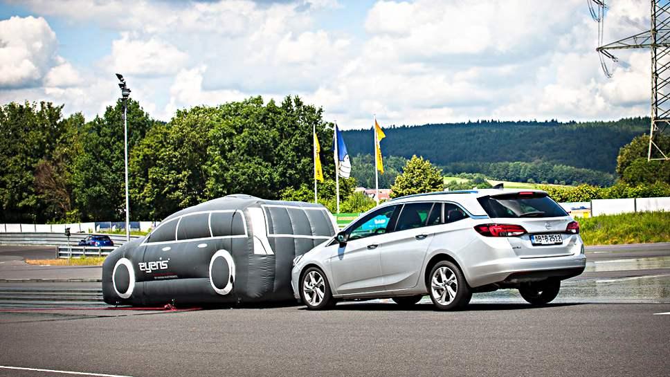 Eyeris sorgt beim Opel Astra für eine Notbremsung.