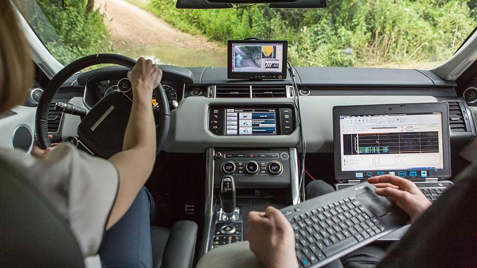 Land Rover steuert autonom durchs Gelände