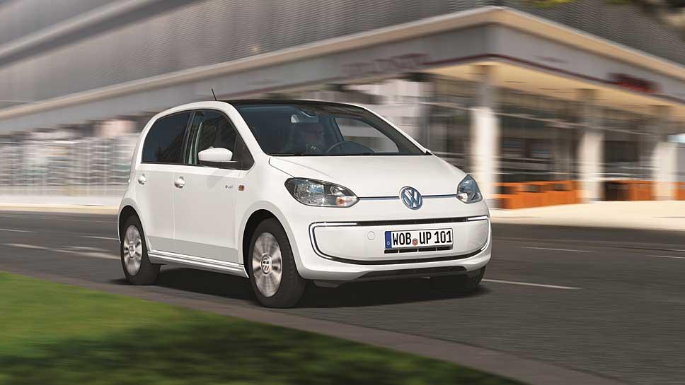 Der VW E-Up fährt emissionsfrei durch die Stadt.