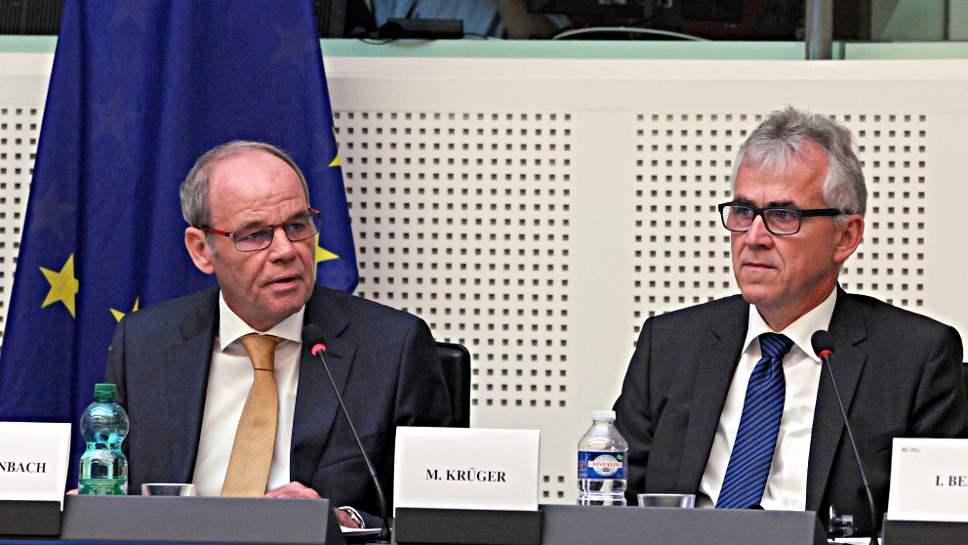 Die Bosch Manager Peter Biesenbach und Michael Krüger (r.)