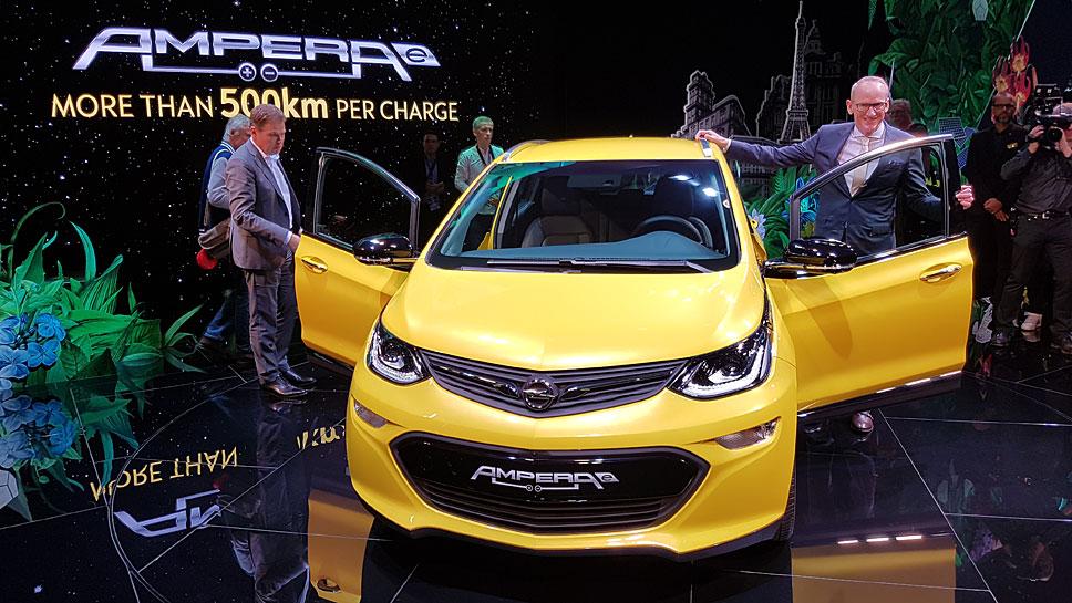 Opel-Chef Karl-Thomas Neumann (r.) mit dem Ampera-e