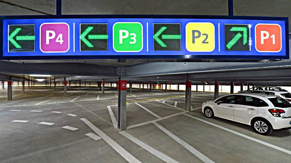 Inrix informiert über freie Parkplätze in Parkhäusern.