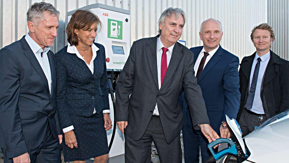 Peter Gutzmer (m.) bei der Eröffnung der Schnellladestation in Bühl.